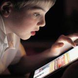 Использование медиа перед сном связано с меньшим количеством сна у детей, которые борются за саморегулирование поведения